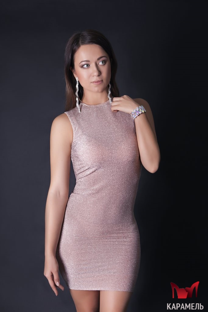 78dd28be717 Короткое платье с открытой спинкой